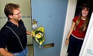 Foto: GUNWIGHUppmärksam. Ulf Hellström tackade å Barn & Ungdoms vägnar för att Sladana Draganic snabba larm till räddningstjänsten klarat Stenebergsskolan undan en eldsvåda.
