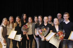 De tre vinnande UF-företagen tillsammans med juryn.