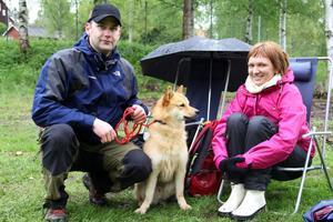 Per Mellqvist och hans hund Utterdalens Hiro, en finsk spets som blev BIS, och Carola Kuparinen från Edsbyn hade en trevlig dag i Forsparken trots regnet.