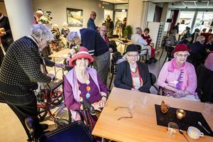 Kerstin Olofsson njöt av musikunderhållningen och hade, tillsammans med väninnorna Siv Nilsson och Britt Fridh, dagen till ära tagit på sig finhattarna.