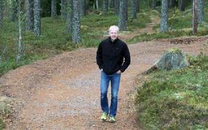 PROVAR. Jonas Boström testar en av de kurvor som doserats för att de ska vara enklare att passera med skidor under fötterna. FOTO: MÅRTEN LÅNG