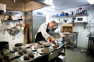 Ett sista piff. Kökschef Robin Andersson lägger en sista hand vid efterrätterna så att allt blir perfekt.