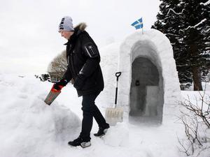 Med en såg tillverkar Erik blocken till igloon. Vid bygget är det är viktigt att snön är bra packad och att termometern håller sig många grader under noll.