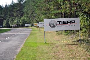 NAMNGARANTI. Majoriteten i kommunstyrelsen driver igenom ett avtal som garanterar att namnet Tierp Arena blir kvar i 15 år. Avtalet kostar kommunen 8,5 miljoner kronor.