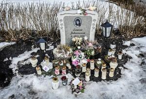 Släkt och vänner ser till att det alltid brinner ljus på Louise grav.