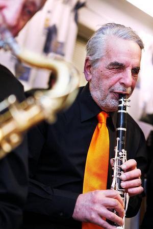 Rolf Dalesten är inte bara en fena på att spela klarinett, han är även bäst i bandet på att äta bullar.