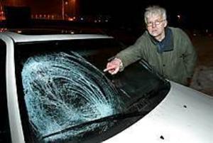 Foto:LEIF JÄDERBERG Farlig bilfärd. Snöklumpen träffade lyckligtvis på passagerarsidan. Hade den träffat på andra sidan hade följderna kunnat bli katastrofala.