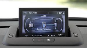 En display mitt på instrumentpanelen visar hur bilen drivs i varje ögonblick. Här jobbar bara elmotorn och batteriet, i mitten, är nästan fulladdat.