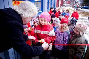 Ella Månström får hjälp av barn- och utbildningsutskottets ordförande, Dan Östberg, att klippa invigningsbandet till Myre förskolas nya lokaler. Foto: Sandra Högman