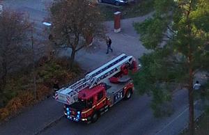 Det var stort pådrag av brandbilar på Pettersberg när larmet om befarad brand kom in till SOS under måndagseftermiddagen.