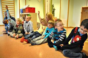 Lärde ekvationer. Femåringarna på avdelningen Trollflöjten på Mattisborgens förskola fick i går lära sig allt om X och Y. Fast först fick de lära sig att räcka upp handen, precis som man gör i skolan.