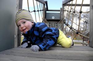 Walter Friström, 20 månader, älskar att klättra runt i klätterställningen vid lekplatsen på Lövstavägen. Han går ofta hit med sin föräldrar. - Det är en trevlig lekplats, med många olika grejor, säger pappa Erik Friström. Bild: Ulrika Stoetzer