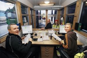 Lasse Bergstrand och Line Westring i gaten håller koll på att chaufförerna har rätt papper med sig.