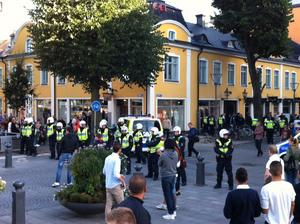 En stor polisstyrka fanns på plats på Stortorget där massor av anhängare till ÖSK och Hammarby hade samlats.