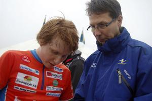 JerkerLysell förklarar för Joakim Ingelsson, landslaget, var han tog fel stig på SM-sprinten.