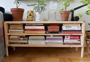 Den låga bokhyllan är ett av projekten Moa gjorde för den nya bokens räkning, den är egentligen tänkt som en tv-bänk