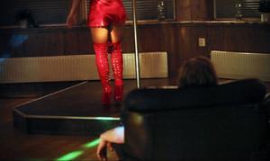 På strippklubben jobbar sju kvinnor. När de en efter en går upp på scenen så brölar männen i publiken.