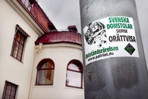 I lördags höll den högerextrema organisationen Svenska Motståndsrörelsen torgmöte på Storgatan i centrala Hudiksvall. Och för några veckor sedan sattes klistermärken, som detta på bilden, upp på flera ställen kring Tingsrätten i Hudiksvall.  Foto: Ulf Borin/Arkiv