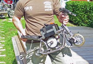 Här är den minsta motorcykeln som Peter Forsberg har tillverkat. Trots att den är så liten ska den enligt honom vara skön att köra.