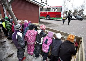 Nu kommer den! Det var glada, spända och förväntansfulla barn som hängde vid staketet för att se när bussen kom till Tallåsgården.