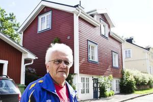 I det här huset låg det en smedja förr i tiden. Det vet Carl Fredrik Spansk. Smeden var nämligen hans far Walter.