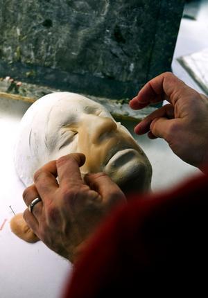 I verkstaden pågår ett ständigt experimenterande med material. Här en mask av supertunt silikon.Foto: Pontus Lundahl/Scanpix