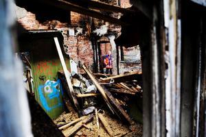 Greger Örjestål konstaterar att det är den första gången som just den här byggnaden brandhärjas. Han hoppas nu att länsstyrelsen ska få till stånd en akut sanering av fabriksområdet eftersom det kan förhindra fler bränder.
