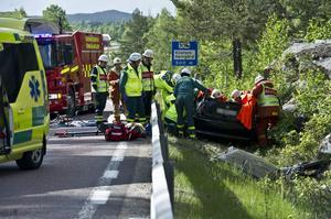 De två personerna i bilen fick skäras loss.