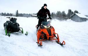 Olle Edler, 25 år och från Strömsund, passade på att provköra splitternya snöskotrar. Den här kostar 142 900 kronor.
