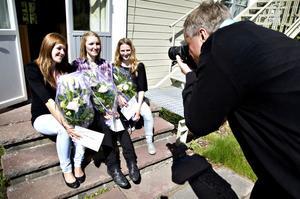 Tre av fyra stolta stipendiater. Simone Leach, Jessica Steen och Sofia Mathsson får stipendier  för sina studieinsatser inom teknik och naturvetenskap. På bilden saknas Emma Horcic.