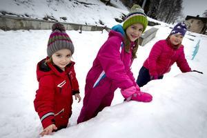 Snöskulptur med Isabell Selin, Alva Selin och Kim Falk.