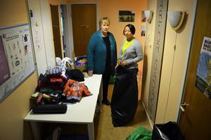 Berit Karlsson och Regina Cole vädjar till Sundsvallsborna att bidra med akuta förnödenheter.