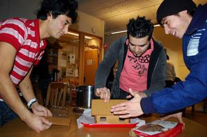 Hameedullah Bahadori, Omid Shahi och Hamid Rahimi i full färd med att sätta ihop pepparkakshuset