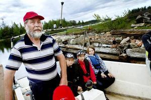 KAPTEN. Pentti Uusirantanen styrde båten när Charlie Westholm, Axel Johansson och Pontus Hofren åkte ut för att se vraket vid Malmharen.