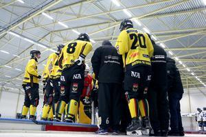 ÖSK snackar ihop sig under Falu BS timeout i slutet av matchen.
