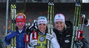 Sofia Bleckur, Charlotte Kalla och Magdalena Pajala tog hand om medaljerna vid damernas lopp.Foto: Thord Eric Nilsson