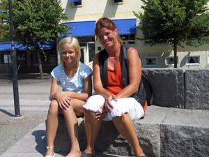 Carina Persson och dottern Julia har inget emot att sitta i solen trots närmare 30 grader i skuggan. FOTO: Ragnar Eriksson