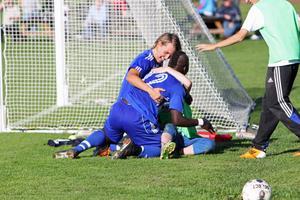 Trönö jublar efter kvitteringsbollen till 1–1. Till slut vann Trönö rättvist med 3–1 mot Huge.