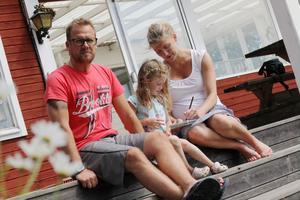 Sedan Mathias Bissen Larsson drabbades av en svår hjärnblödning för två år sedan ser livet annorlunda ut. Nu ägnar han sig åt att samla pengar till forskningen kring hjärnan. Med på bilden är hans fru Emma och dottern Liv.