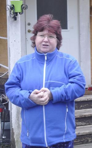 Catarina Lindström utanför huset.