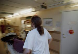 Sjukvårdsbiträdena hade, när de fanns, en utbildning långt ifrån den dagens vård och omsorg kräver, skriver insändaren.