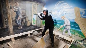 Rivningsarbete. Joel på Telge tillväxt river den gamla forntidsleken bakom Handelsboden på Torekällberget. Forntidsleken är sliten och i stället för att renovera den rivs den nu. Väggmålningarna i bakgrunden kommer att tas bort, men bevaras.