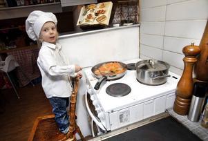 Pål Ågren, tre år, är gästkock på mat- och miljömässan som går av stapeln i dag på Maxim i Gävle. Det blir även föreläsningar och utställningar.