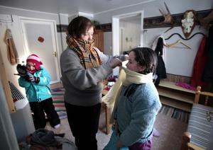 I vinterkylan tar det lite längre tid att klä på sig. Claire Teggart hjälper dottern Katie medan bästisen Leah nästan är klar.