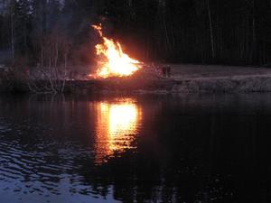 I Kårböle brann majbrasan Ljusnans strand nedanför Bagars. Ett 30-tal letade sig dit.