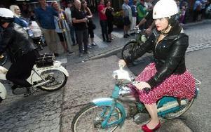 Några valde att köra mopeden i full kostym. Foto: Mikael Forslund