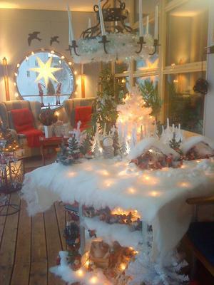 Det årliga jullandskapet i uterummet till barnbarnens och familjens glädje.