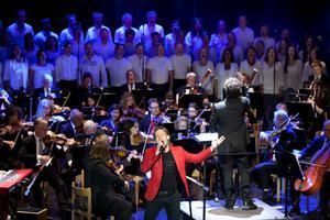 """Det är trångt på scen, där över hundra musiker och körsångare trängs. Föreställningen rivstartar på ett maffigt sätt med megahitsen"""" We Will Rock You"""" och """"We Are The Champions""""."""