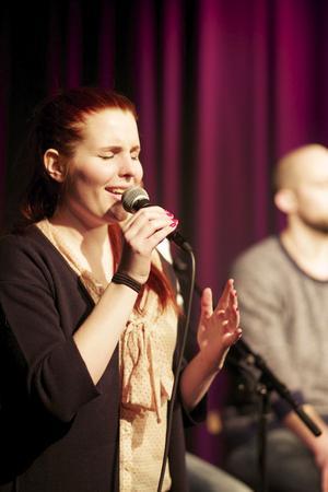 Clara Lindsjö står för musik och sång i föreställningen.
