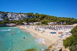 Mallorca är en av de platser svenskar flyr till när det blir kallt här i sommar.